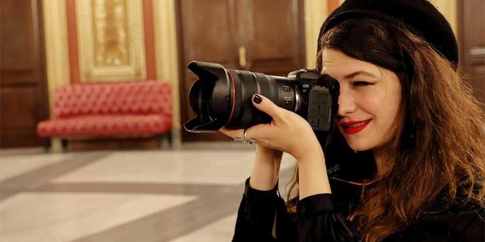 portrait photographer using a canon eos R6 mirrorless camera