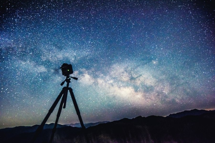 eoos m canon camera on a tripod looking at the night sky stars